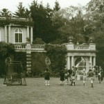 Children and staff on South Lawn_b